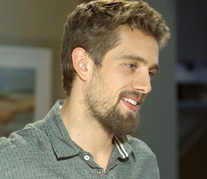 César mal conhece Alice e já a chama para sair (Foto: TV Globo)