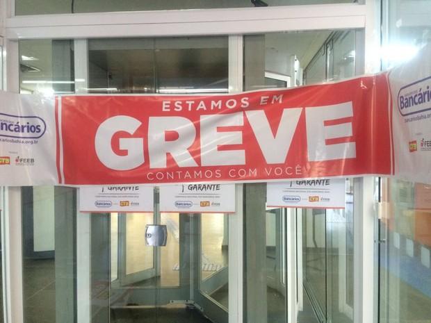Agência do Itaú sinalizada com mensagem de greve na porta giratória da agência no bairro do Comércio, em Salvador (Foto: Natally Acioli/G1)