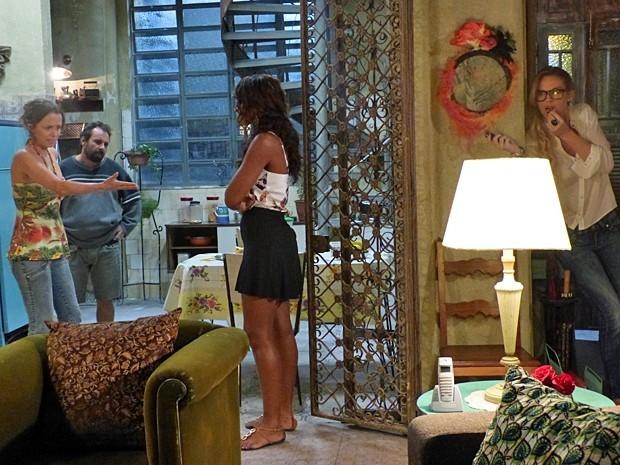 Érika consegue gravar confissão de Lorraine sobre roubo do anel (Foto: Império/TV Globo)