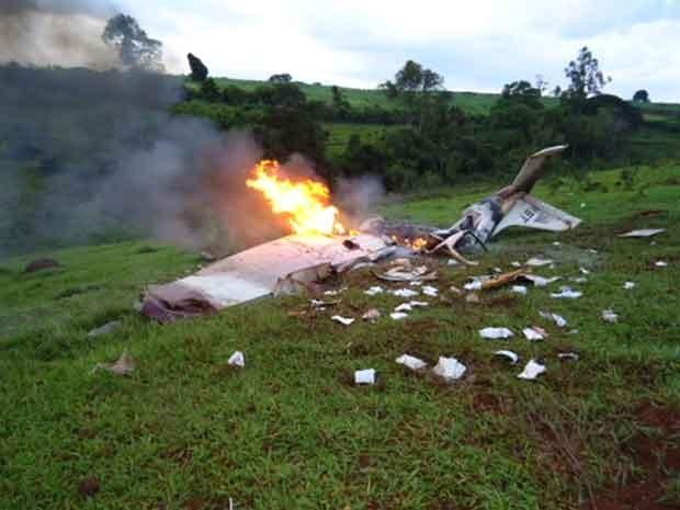 Com a queda a aeronave pegou fogo e bombeiros contiveram as chamas (Foto: Divulgação/Corpo de Bombeiros)