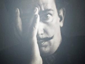 Um dos muitos retratos de Salvador Dalí (Foto: Isabela Marinho/G1)