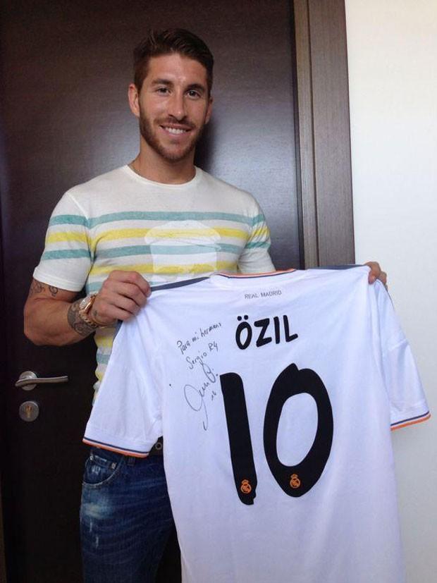 Sergio Ramos guarda lembrança de Özil (Foto: Reprodução/Facebook)