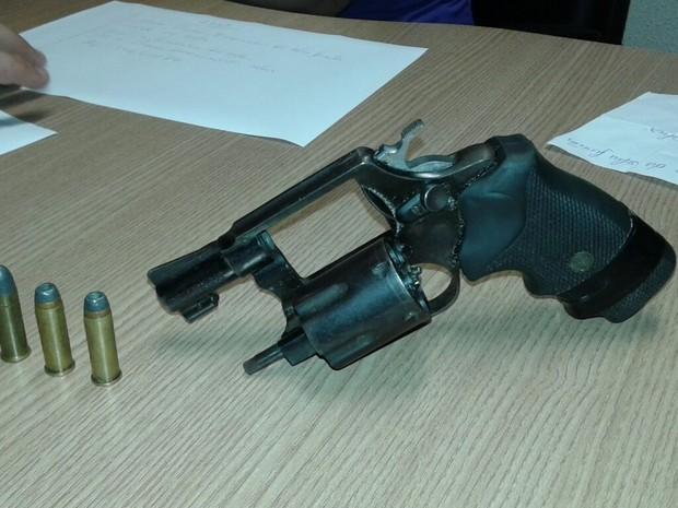 Arma foi apreendida e encaminhada para a Polícia Civil (Foto: Major Lucas/Polícia Militar)