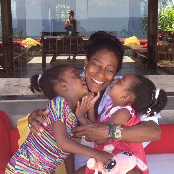 Glória Maria ganhando beijo das filhas (Foto: Instagram / Reprodução)