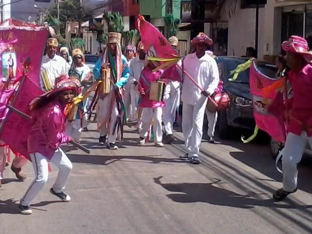 O desfile percorreu ruas do Centro de Montes Claros (Foto: Henrique Corrêa/G1)