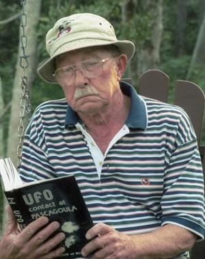 Em foto tirada de 2011, Charles Hickson aparece lendo livro que ajudou a escrever sobre o episódio (Foto: The Mississippi Press, Christy Jerrnigan/AP)