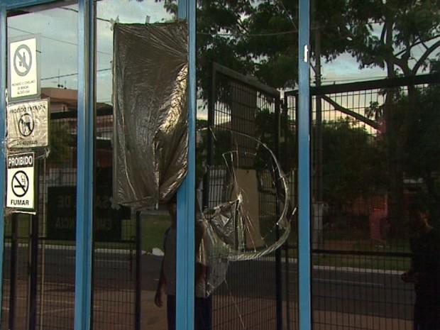 Guarita do Parque Maurilio Biagi foi atingida por pedras jogadas por alguns adolescentes (Foto: Reprodução/EPTV)