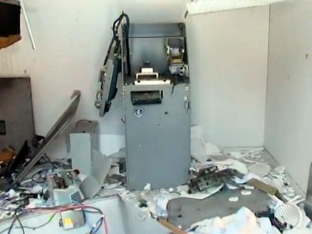 Segundo a polícia, quatro homens armados chegaram ao local em um carro, por volta das 4h da manhã. O terminal bancário ficou totalmente destruído. (Foto: Imagens/TV Bahia)