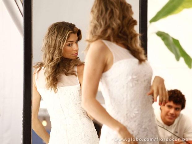 Grazi dá uma conferida no vestido de Ester (Foto: Flor do Caribe / TV Globo)