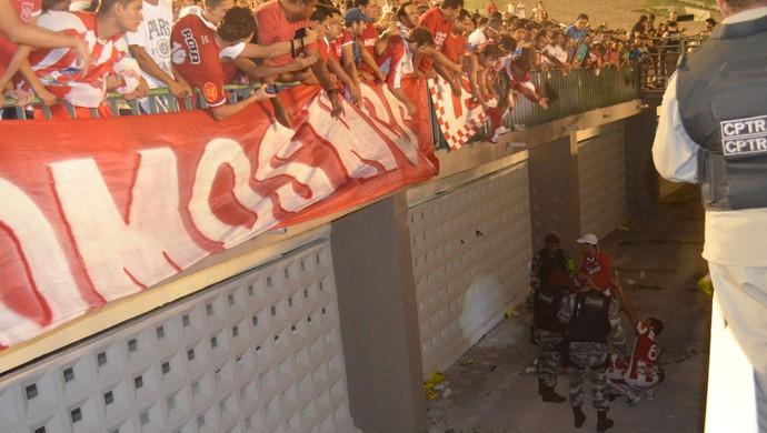 Torcedor do Auto Esporte cai em fosso do Estádio Almeidão em jogo do Campeonato Paraibano 2014 (Foto: Hévilla Wanderley / GloboEsporte.com/pb)