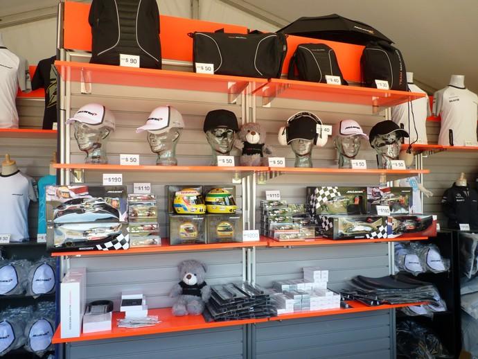 Camisas, bonés, mini capacetes, mochilas e miniaturas. Variedade de produtos é grande nas logas no circuito de Melbourne, GP da Austrália (Foto: Felipe Siqueira)