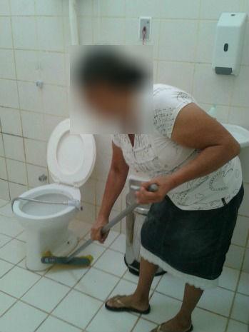 Acompanhantes de pacientes do Hospital de Rorainópolis estariam realizando a limpeza das enfermarias (Foto: Arquivo pessoal)