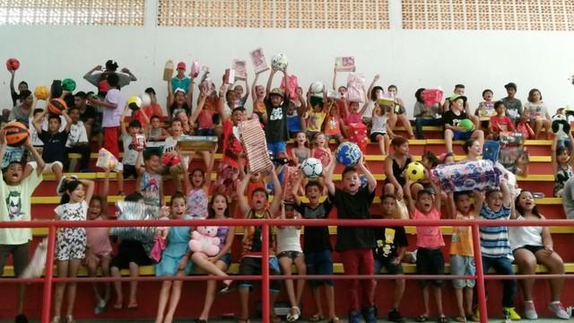 Crianças e jovens comemoraram em Joinville após entrega de presentes (Foto: RBS TV/Divulgação)