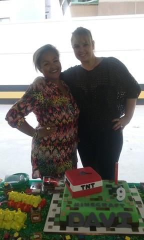 Ex-paquita Ana Paula Almeida com a amiga Vivian de Oliveira  em festa no Rio (Foto: Guimarães Assessoria/ Divulgação)