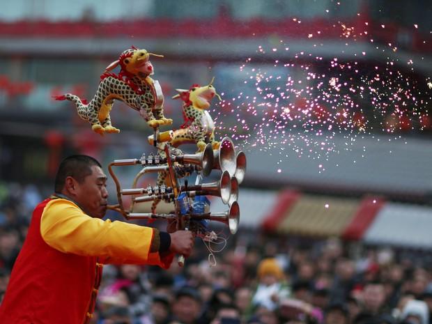 Comemoração do Ano Novo chinês nesta segunda (8), no templo Huangsi, em Shenyang (Foto: REUTERS/Sheng Li)