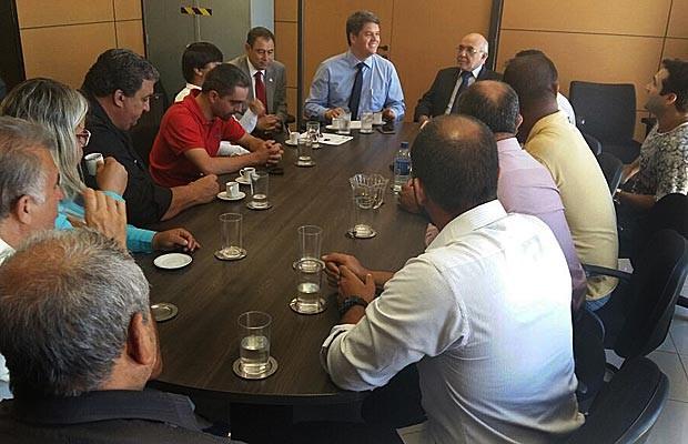 Comissão de taxistas reunidos com o secretário de Mobilidade, Carlso Tomé (de camisa azul e gravata) no Palácio do Buriti (Foto: Isabella Calzolari/G1)
