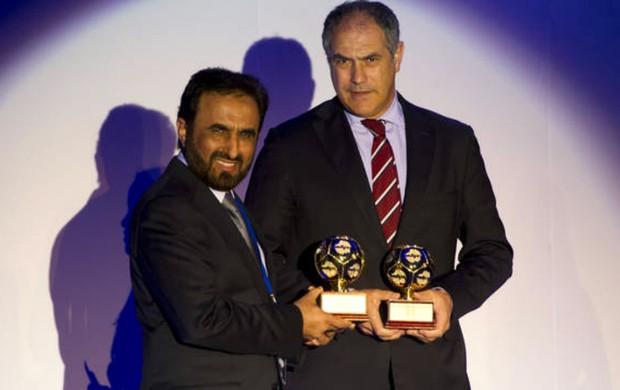 Andoni Zubizarreta recebe prêmio pelo Barcelona (Foto: Reprodução / Site Oficial do Barcelona)