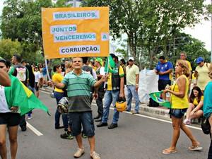 Engenheiro levou cartaz contra corrupção (Foto: Suelen Gonçalves/G1 AM)