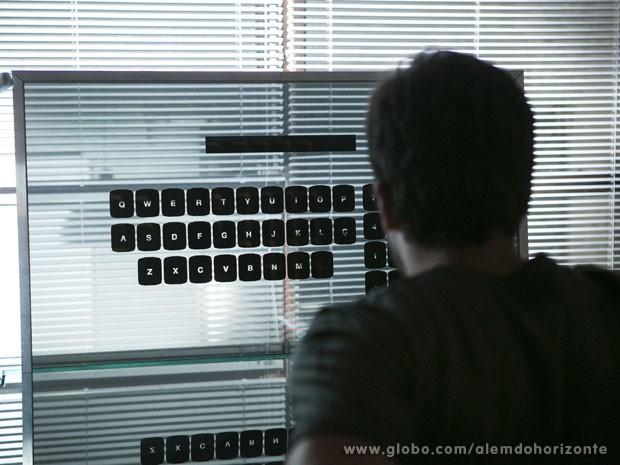 William invade o computador do Líder Jorge (Foto: Além do Horizonte / TV Globo)