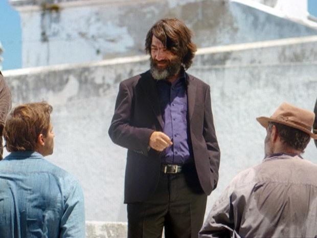 Dom Rafael avisa que Cassiano e Duque ficarão presos em uma solitária (Foto: Flor do Caribe / TV Globo)