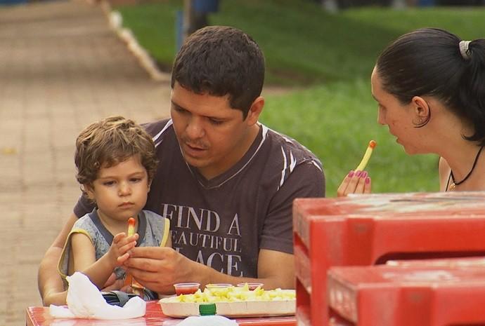 Famílias e grupos de amigos se reúnem para provar as saborosas batatinhas (Foto: Reprodução / TV TEM)