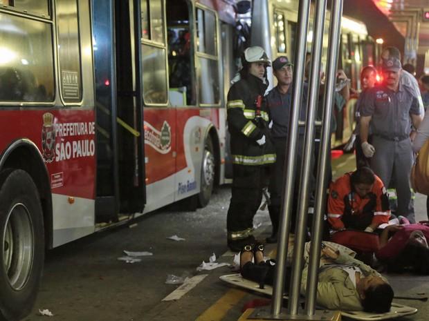 Uma colisão entre dois ônibus no Terminal Parque Dom Pedro II, no Centro de São Paulo, deixou feridos por volta das 17h45 desta quarta-feira (21). (Foto: Gabriela Biló/Futura Press)
