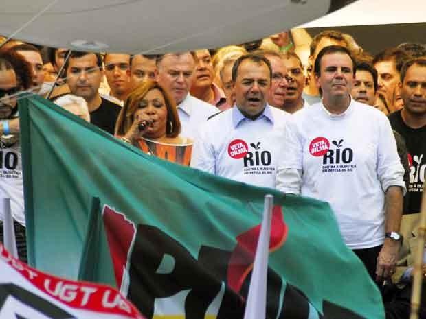 A cantora Alcione canta o Hino Nacional ao lado do governador Sérgio Cabral e do prefeito Eduardo Paes (Foto: Alexandre Durão/G1)