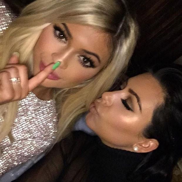 Kylie Jenner e Kim Kardashian em festa (Foto: Instagram/ Reprodução)
