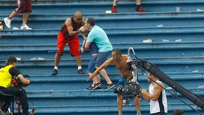 Confusão briga Torcidas Atlético-PR x Vasco (Foto  Pedro Kirilos Agência O 358e28b7780e3