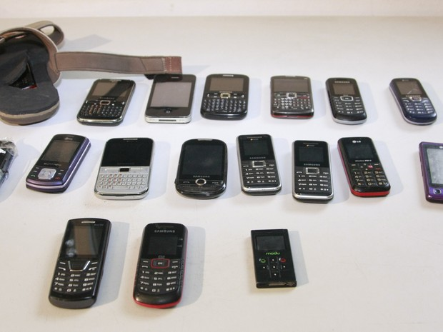 Parte dos celulares apreendidos com as pessoas que foram presas por suspeita de fraude no concurso (Foto: Flora Dolores/O Estado)