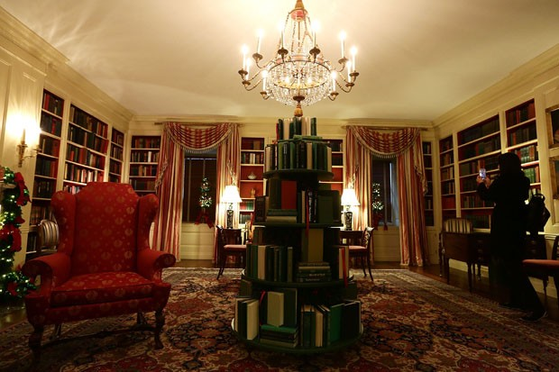"WASHINGTON, DC - NOVEMBER 27:  The library at the White House during a press preview of the 2017 holiday decorations November 27, 2017 in Washington, DC. The theme of the White House holiday decorations this year is ""Time-Honored Traditions.""  (Photo by A (Foto: Getty Images)"