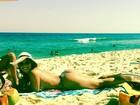Ousada! Fani faz topless na praia: 'Vem chegando o verão'