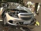 Idosa perde controle do carro e atinge veículo e hotel em Marília