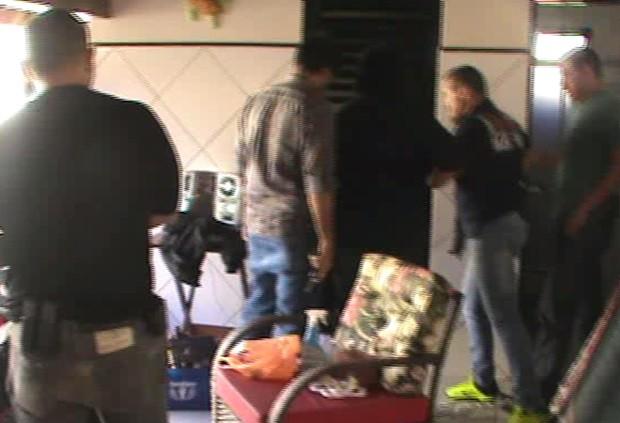 Policiais encontram fazendeiro trancado em depósito (Foto: Reprodução / TV TEM)