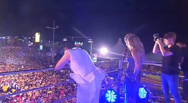 Psy e Claudia Leitte se apresentam no trio em Salvador (Foto: Youtube / Reprodução)