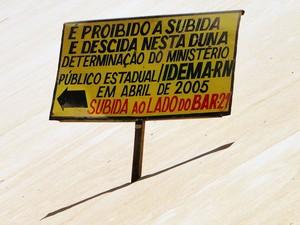 Além de informar sobre proibição, placa sugere caminho a ser utilizado pelos nativos e turistas (Foto: Ricardo Araújo/G1)