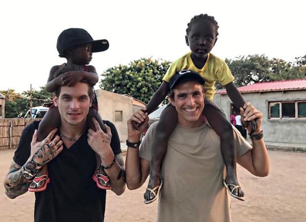 Diego Fragoso e Reynaldo Gianecchini brincam com crianças africanas (Foto: Reprodução/Instagram)