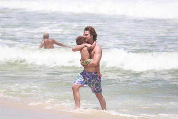 Igor Rickli se diverte com o filho em dia de praia no Rio (Foto: Agnews)