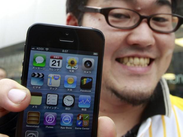 Taiyo Nakashima exibe seu iPhone 5, comprado em uma Apple Store em Tóquio, no Japão, nesta sexta-feira (21). O primeiro comprador ficou 5 dias na fila à espera da chegada do novo smartphone. (Foto: Yuriko Nakao/Reuters)
