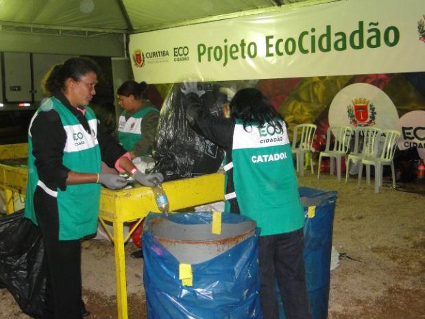 catadores comemoram a quantidade descartada de material reciclável  (Foto: Aline Lamas )