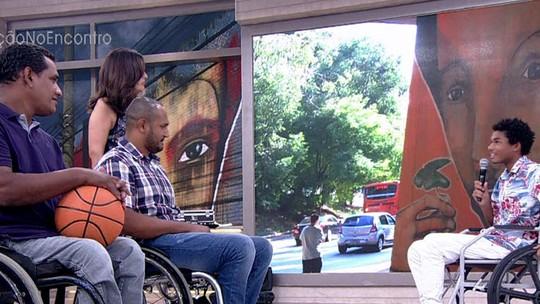 Juan Paiva faz laboratório com paratletas para andar de cadeira de rodas em 'Totalmente Demais'