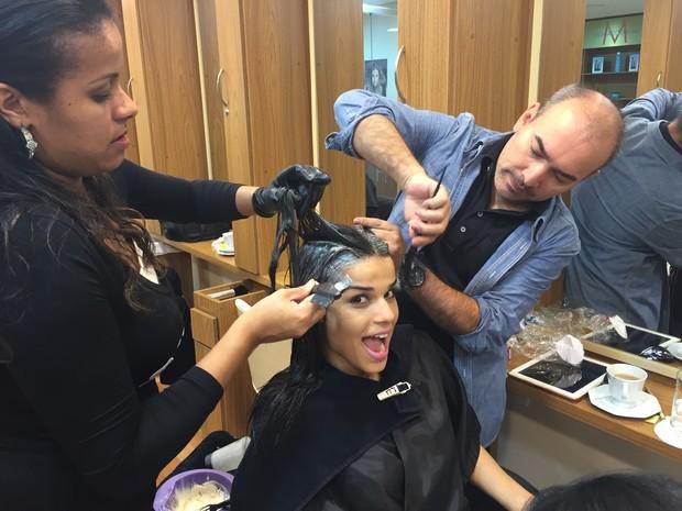 Mari Antunes durante transformação do visual (Foto: Divulgação)
