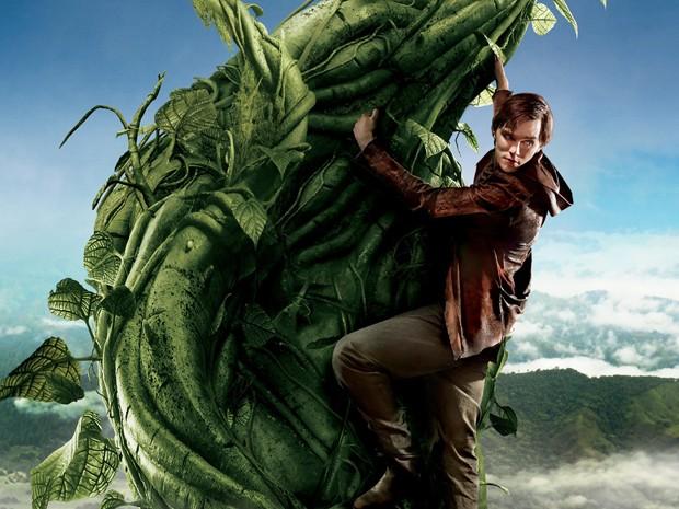 Nicholas Hoult (Jack) posa subindo no pé de feijão do filme 'Jack: O caçador de gigantes' em cartaz do longa (Foto: Divulgação)