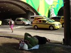 Foto de moradora de rua dormindo perto de cartaz da Olimpíada viraliza