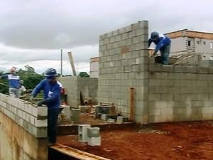 Operários trabalham em construção civil em Araxá (Foto: TV Integração/Reprodução)