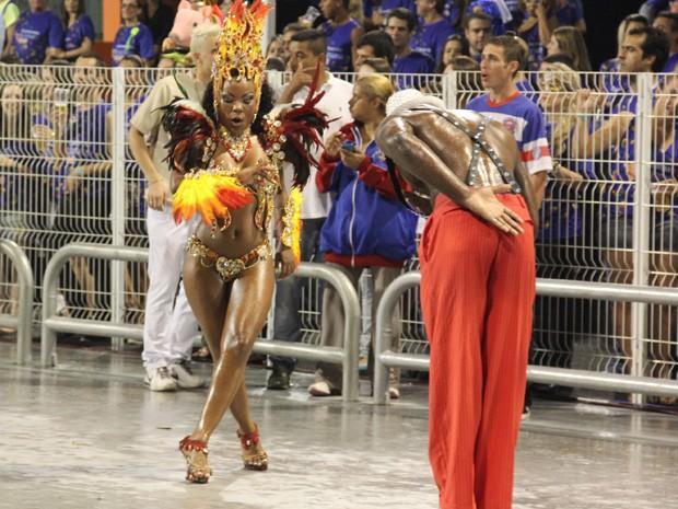 Casal dança à frente da bateria da Pérola Negra, campeã do Acesso (Foto: Paulo Toledo Piza/G1)