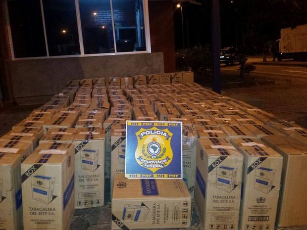 Cigarros apreendidos em Oliveira (Foto: Policia Rodoviária Federal/Divulgação)