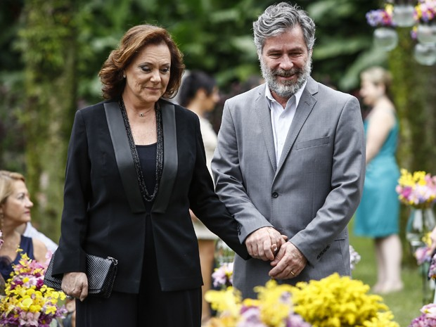 Tina e Manuel não poderiam deixar o 'pluguezinho' longe da 'tomadinha' (Foto: Raphael Dias/ Gshow)