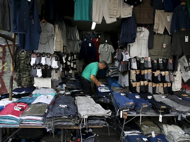 Homem aguarda clientes em sua loja em Atenas, onde muitos comércios acabaram fechados por causa da crise (Foto: Alkis Konstantinidis/Reuters)