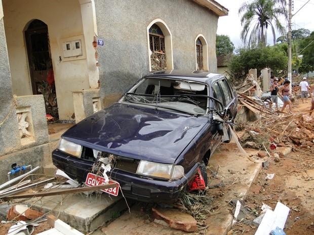 Carro ficou destruído em frente a casa (Foto: Alex Araújo / G1 MG)